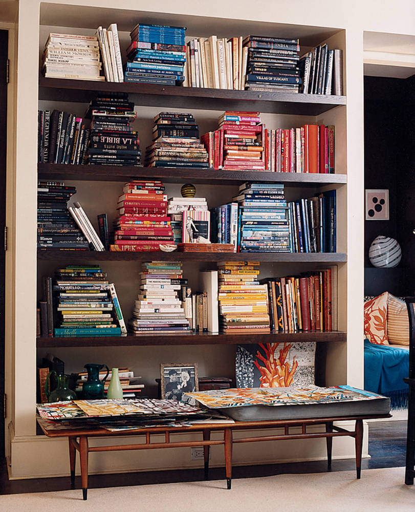 Minimal Mondays: 5 tips to a well styled bookcase - www.scalingbackblog.com