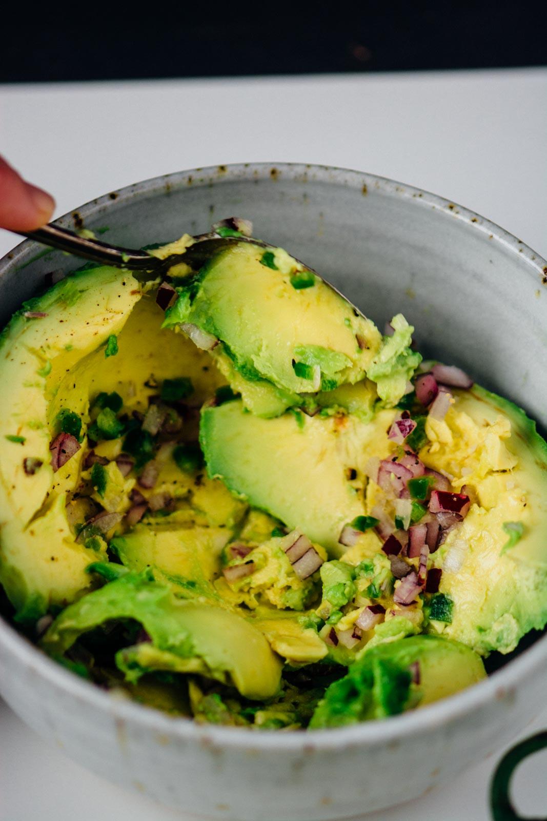 Perfectly simple guacamole | www.scalingbackblog.com