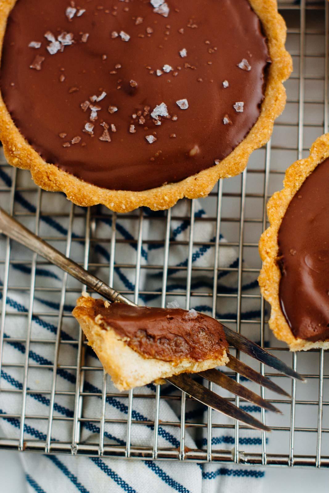salted caramel chocolate tart {vegan} | www.scalingbackblog.com