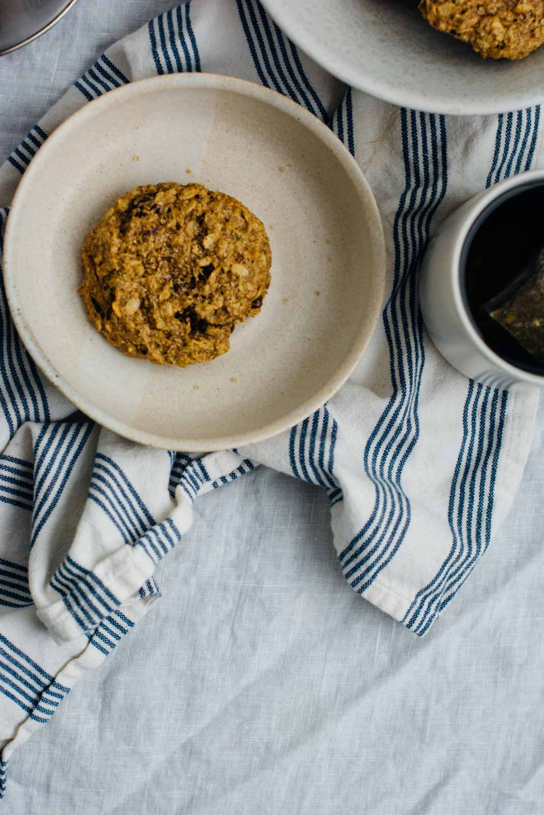 pumpkin spice breakfast cookies and a more thoughtful holiday - these vegan cookies are gluten-free, dairy-free, vegan and perfect for grabbing and running out the door during the busy holiday season! | www.scalingbackblog.com